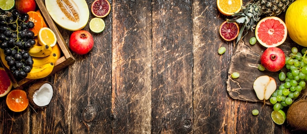 Różne Dojrzałe Owoce W Drewnianym Pudełku. Na Drewnianym Stole. Premium Zdjęcia