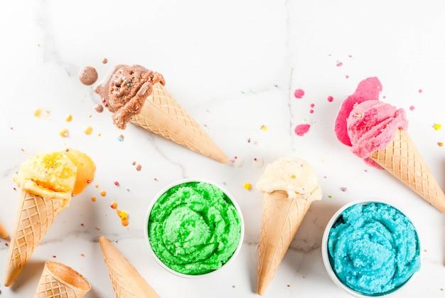 Różne domowe topiące się lody w miskach i waflowe lody Premium Zdjęcia