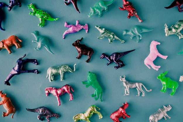 Różne Figurki Zwierzątek Na Niebieskiej Powierzchni Darmowe Zdjęcia