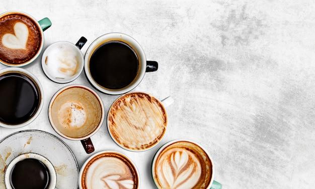 Różne filiżanki kawy na tle z teksturą Darmowe Zdjęcia