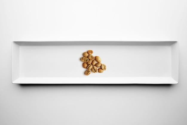 Różne Gatunki Rzemieślniczej Profesjonalnej Palenia Kawy Na Białym Tle Na Białym Talerzu, Widok Z Góry Darmowe Zdjęcia