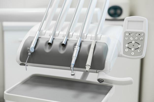Różne Instrumenty I Narzędzia Dentystyczne W Gabinecie Dentystycznym Premium Zdjęcia