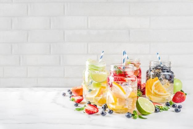 Różne Lemoniady Owocowe I Jagodowe Premium Zdjęcia