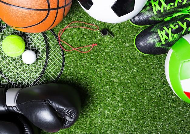 Różne narzędzia sportowe na trawie Premium Zdjęcia