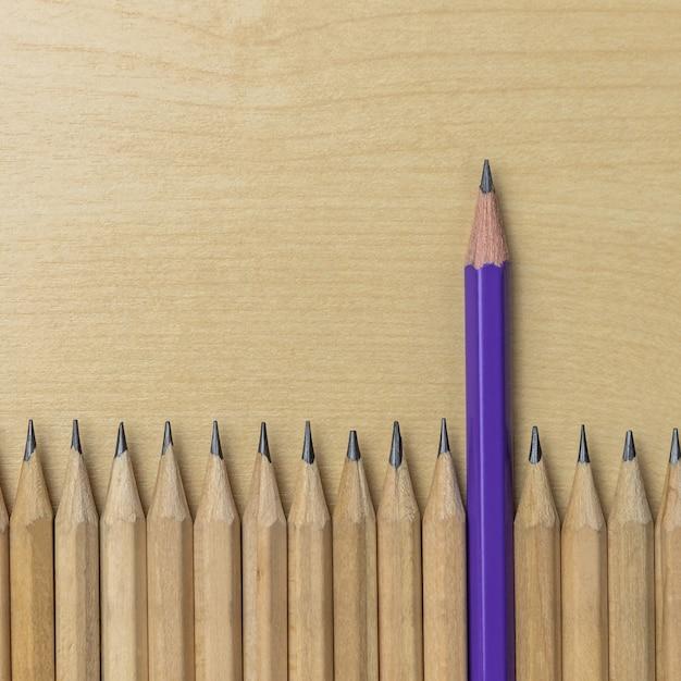Różne ołówek wyróżniające się koncepcja przywództwa. Premium Zdjęcia