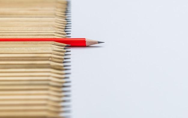 Różne ołówek wyróżniające się przedstawienie koncepcji przywództwa. Premium Zdjęcia