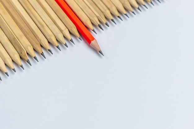 Różne ołówkowe wyróżniające się przedstawienie koncepcji przywództwa. Premium Zdjęcia