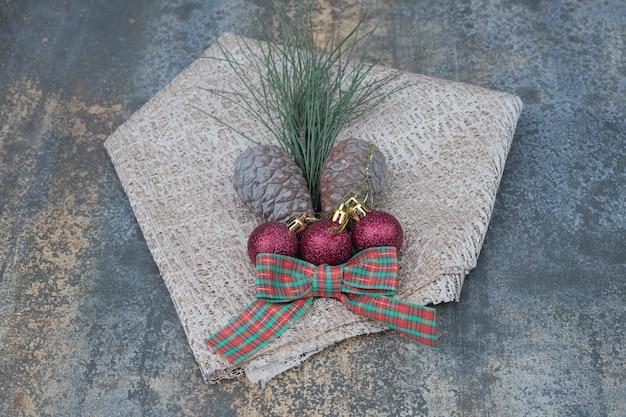 Różne Ozdoby świąteczne I Konopie Na Marmurowym Stole. Wysokiej Jakości Zdjęcie Darmowe Zdjęcia