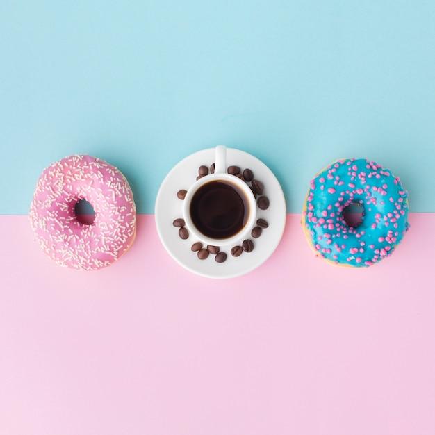 Różne Pączki I Kawa Leżały Na Płasko Darmowe Zdjęcia