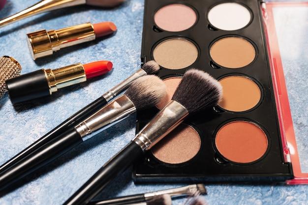 Różne Produkty Do Makijażu, Pędzle Na Niebiesko Premium Zdjęcia