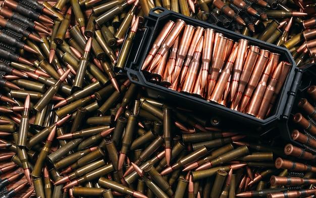 Różne rodzaje amunicji na drewnie Premium Zdjęcia