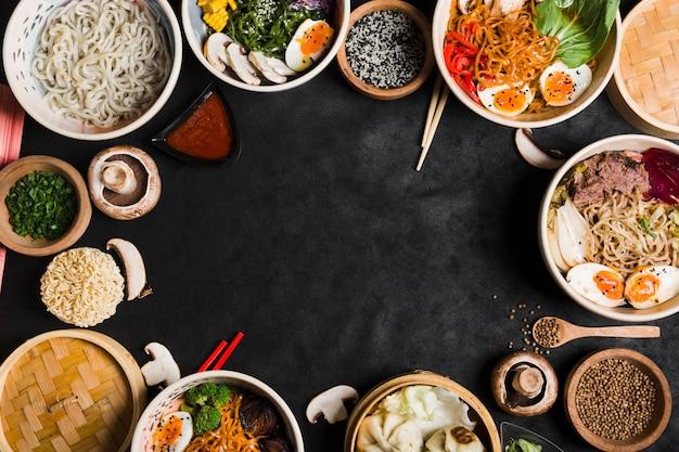 Różne rodzaje makaronu z warzywami na czarnym tle z miejsca kopiowania do pisania tekstu Darmowe Zdjęcia