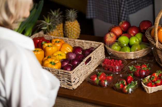 Różne Rodzaje Owoców I Warzyw Na Ladzie Premium Zdjęcia