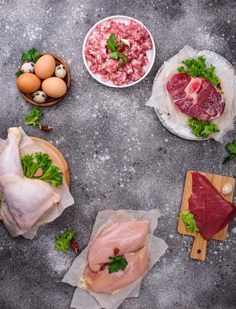 Różne Surowe Mięso, źródła Białka Zwierzęcego. Koncepcja Diety Mięsożernych Premium Zdjęcia