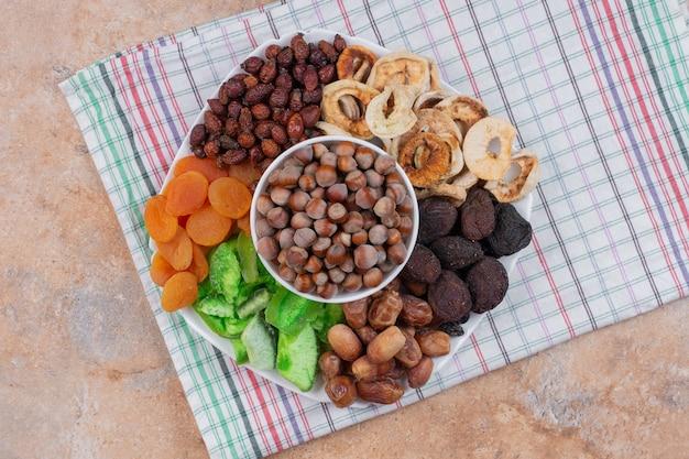 Różne Suszone Owoce I Orzechy Na Białym Talerzu. Darmowe Zdjęcia