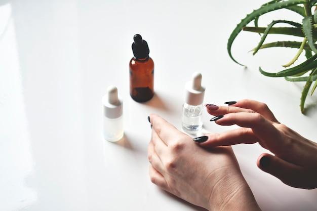 Różne Szklane Butelki Kosmetyków, Medycyny Naturalnej, Olejków Eterycznych Lub Innych Płynów, Widok Z Góry. Organiczny Premium Zdjęcia