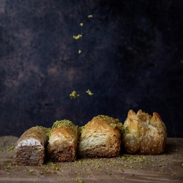 Różne Tureckie Baklawy Z Mielonymi Pistacjami W Drewnianej Płytce Darmowe Zdjęcia