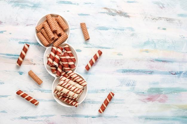 Różne Wałki Waflowe Na Talerzach Ceramicznych, Widok Z Góry Darmowe Zdjęcia
