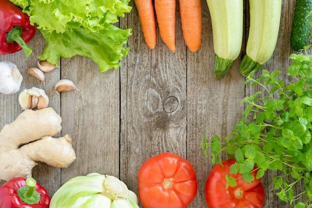 Różne Warzywa Na Drewnianym Stole. Premium Zdjęcia