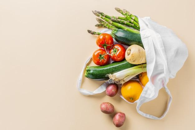 Różne warzywa w woreczku tekstylnym na beżu Premium Zdjęcia