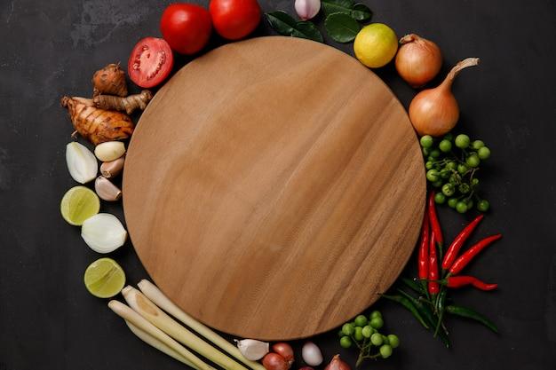 Różne zioła, przyprawy i składniki w ciemności. widok z góry Premium Zdjęcia
