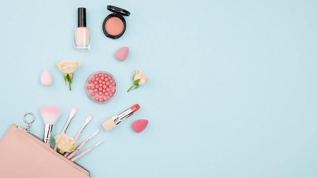 Różni Kosmetyki Z Kopii Przestrzenią Na Błękitnym Tle Darmowe Zdjęcia
