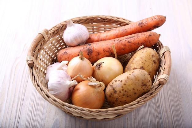 Różni Warzywa W Koszu Na Drewnianym Stole Premium Zdjęcia