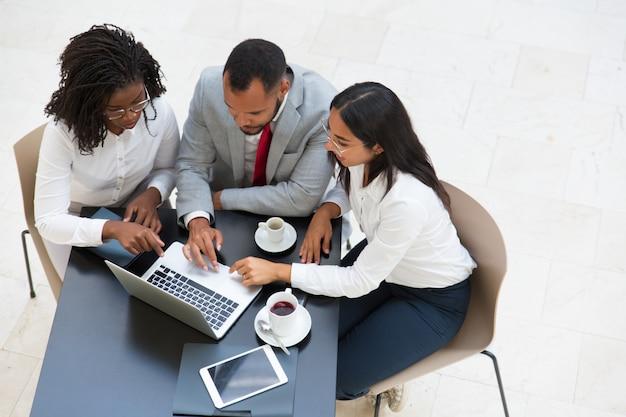 Różnorodna Grupa Biznesowa Pracuje Na Laptopie Darmowe Zdjęcia