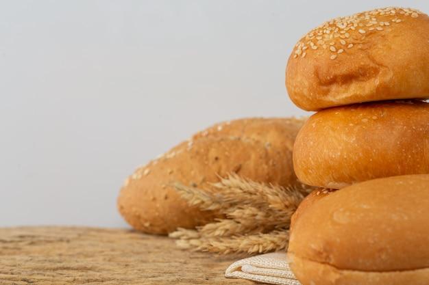 Różnorodność Chleba Na Drewnianym Stole Na Stare Drewniane Tła. Darmowe Zdjęcia