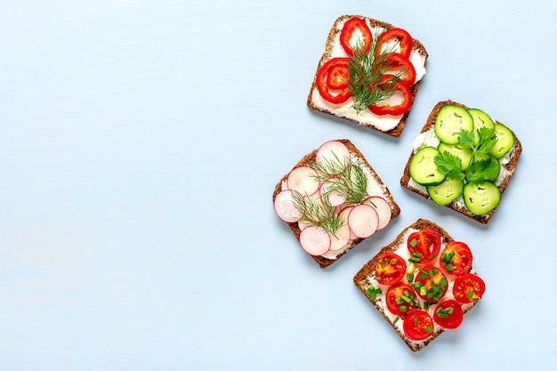 Różnorodność Kanapek Na śniadanie Na Niebieskim Stole Premium Zdjęcia