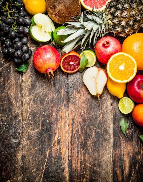 Różnorodność świeżych Owoców. Na Drewnianym Stole. Premium Zdjęcia