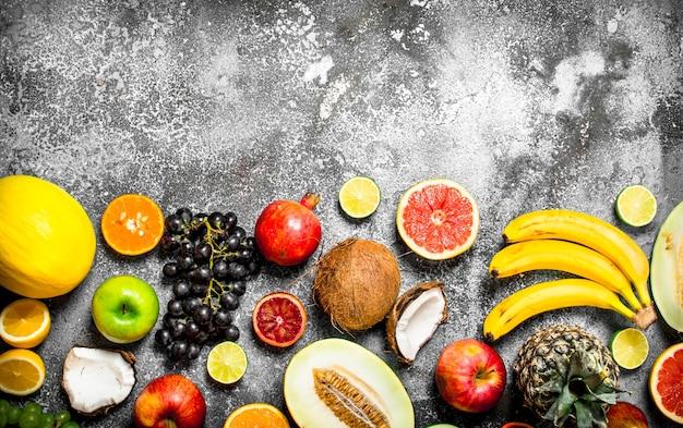 Różnorodność świeżych Owoców. Na Tle Rustykalnym. Premium Zdjęcia