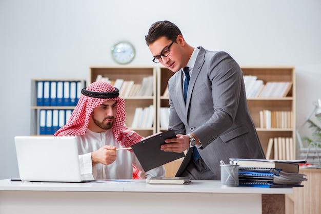 Różnorodny Biznesowy Pojęcie Z Arabskim Biznesmenem Premium Zdjęcia