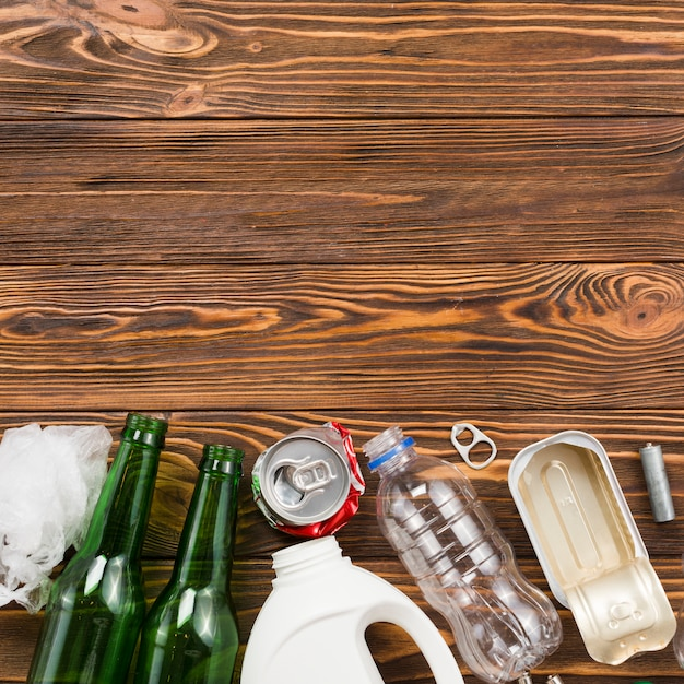 Różnorodny Typ Przetwarzać śmieci Na Drewnianym Biurku Darmowe Zdjęcia
