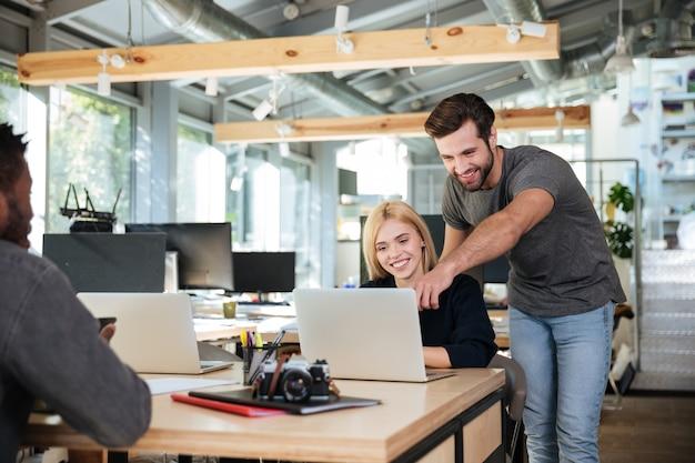 Rozochoceni Młodzi Koledzy Siedzi W Biurowym Coworking Darmowe Zdjęcia