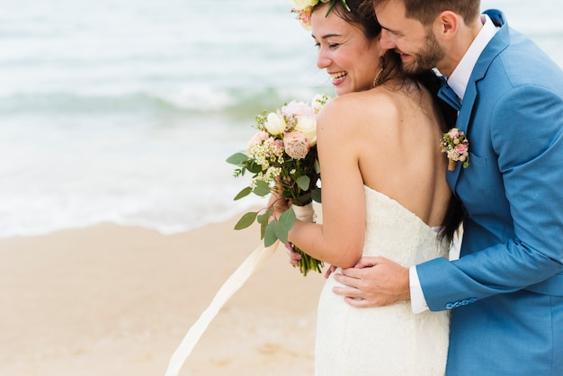 Rozochoceni nowożeńcy przy plażowym ślubnym ceremnoy Darmowe Zdjęcia