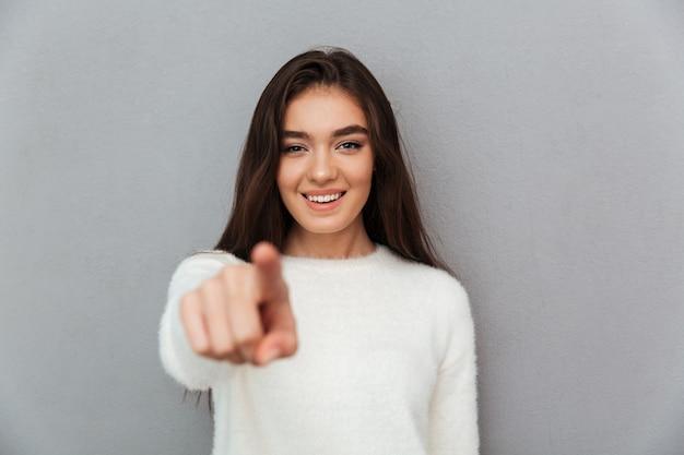 Rozochocona Atrakcyjna Dziewczyna Wskazuje Z Palcem Na Tobie W Białym Puszystym Pulowerze Darmowe Zdjęcia