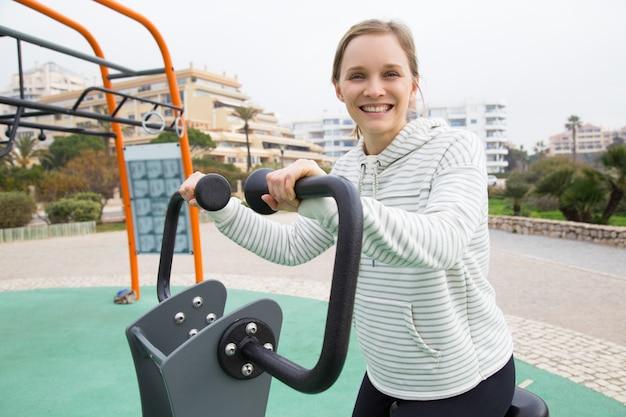 Rozochocona Dysponowana Dziewczyna Pracująca Na ćwiczenie Rowerze Out Darmowe Zdjęcia
