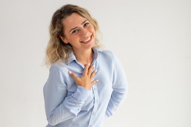 Rozochocona Dziękczynna Młoda Kobieta Honorująca I Zawtydzająca Darmowe Zdjęcia