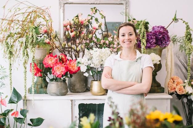 Rozochocona Kobieta Pozuje Blisko Kwiatów Darmowe Zdjęcia