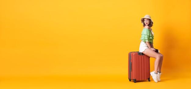 Rozochocona Młoda Kobieta Ubierał W Lata Mienia Odzieżowym Paszporcie Premium Zdjęcia