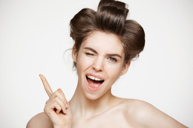 Rozochocona Piękna Kobieta Ono Uśmiecha Się Z Otwarty Usta Mrugać W Włosianych Curlers. Darmowe Zdjęcia