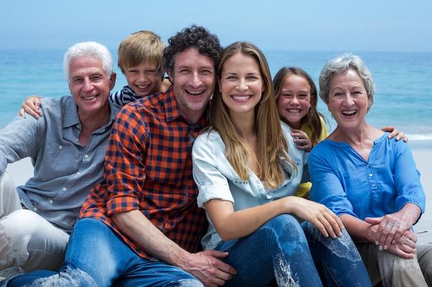 Rozochocona wielopokoleniowa rodzina relaksuje na plaży Premium Zdjęcia