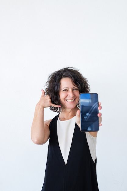 Rozochocona życzliwa kobieta reklamuje mobilnego dane plan Darmowe Zdjęcia