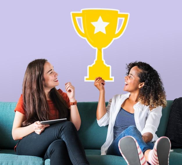 Rozochocone kobiety trzyma trofeum ikonę Darmowe Zdjęcia
