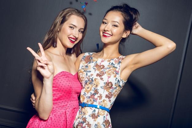 Rozochocone piękne młode kobiety ma przyjęcia Premium Zdjęcia