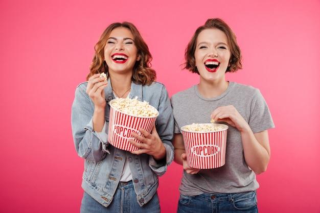 Rozochocone Roześmiane Kobiety Je Popkornu Oglądają Film. Darmowe Zdjęcia