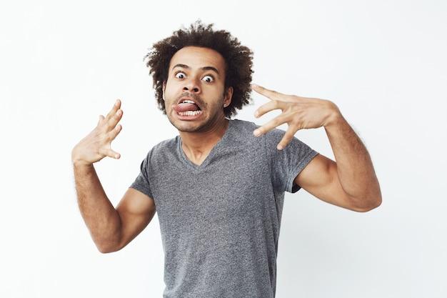 Rozochocony Afrykański Mężczyzna Robi śmiesznej Twarzy Oszukiwać. Darmowe Zdjęcia
