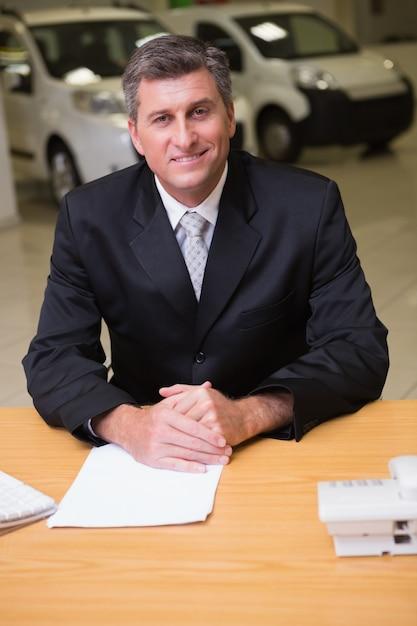 Rozochocony Biznesmen Pracuje Przy Jego Biurkiem Premium Zdjęcia