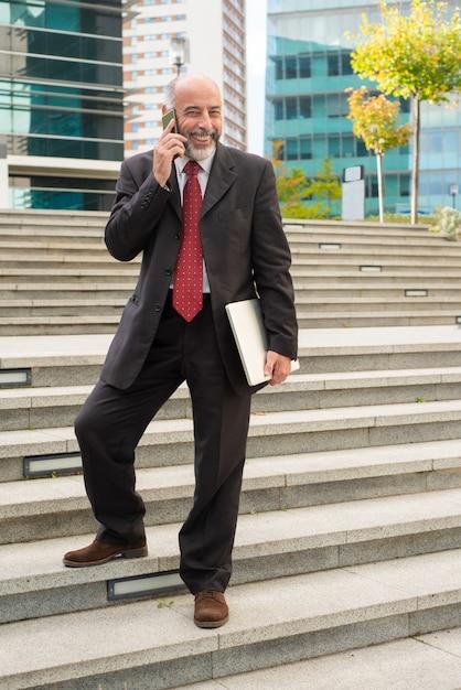 Rozochocony Biznesmen Z Smartphone I Laptopem Darmowe Zdjęcia